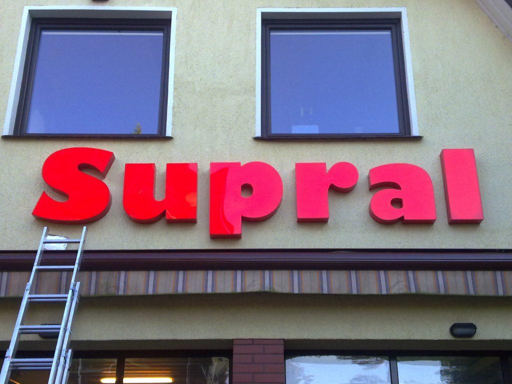 Litery podświetlane w całośći, boki i lico wykonane z barwionej w masie, litery wykonane dla firmy https://www.supral.pl/