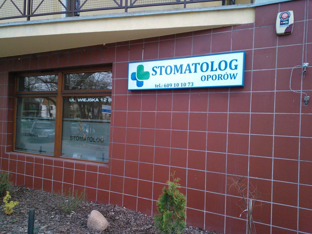 Kaseton świetlny jednostronny z aluminium we Wrocławiu montowany w gabinecie stomatologicznym http://stomatologoporow.pl/